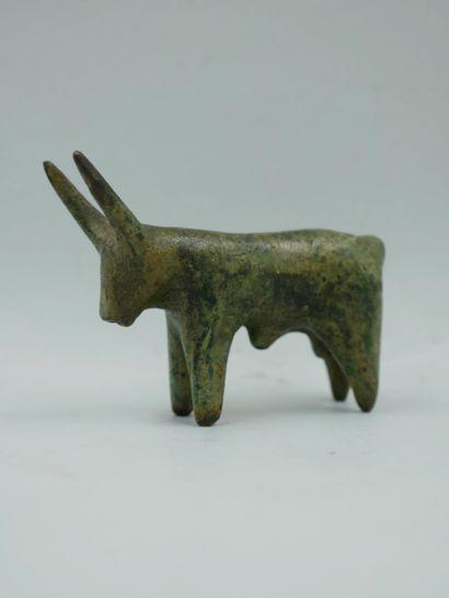 Taureau. Bronze. Style des premiers millénaires....
