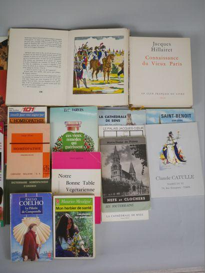 Lot de livres en manette, faux livre-cachettes, cartes premier jour, un téléphone...
