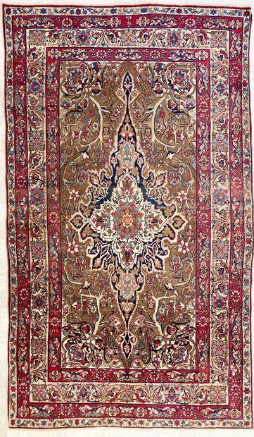 Tapis persan en laine orné d'un médaillon...