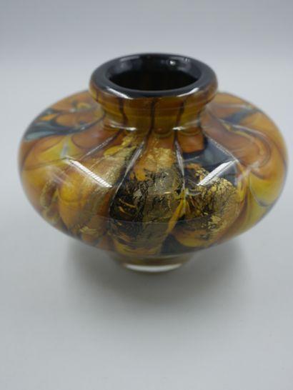 BRANLEY (XXè). Vase à panse aplatie en verre à décor intercalaire pailleté doré...