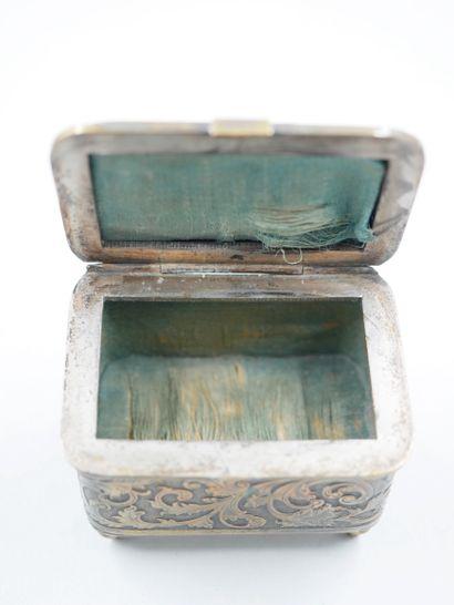 Lot :  - Boîte en métal argenté représentant...
