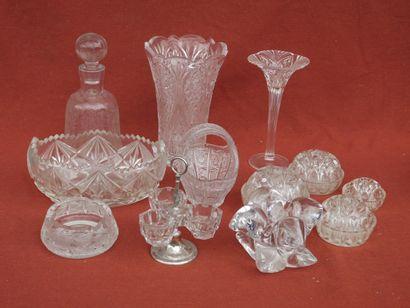 Lot de verreries comprenant vase, soliflore, coupe, cendrier, salières, bouquetières,...