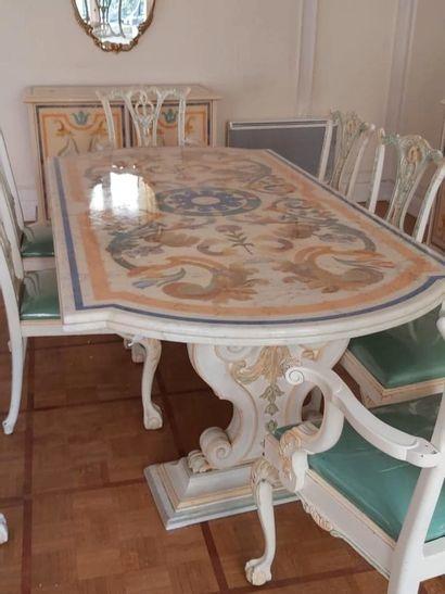 Maison Roméo par Claude DALLE. Ensemble de six chaises et deux fauteuils dans le...