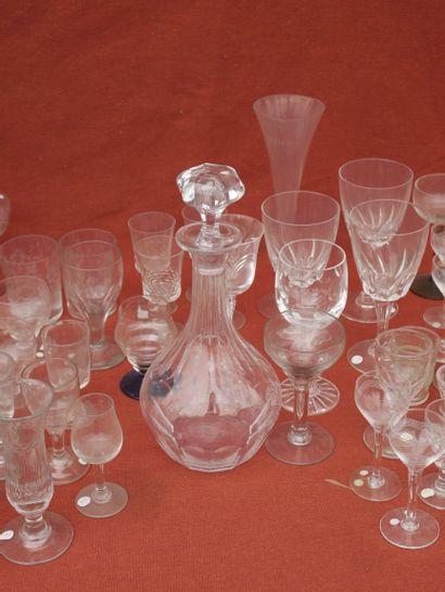 Important lot de verreries : verres à eau, à vin, à digestif, flûtes à champagne,...