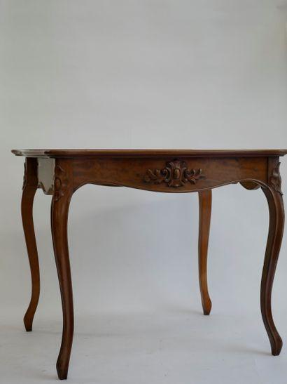 Table à jeu en bois naturel mouluré et sculpté...