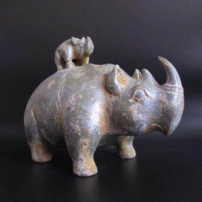 Vase Zun en forme de Rhinocéros, son petit...
