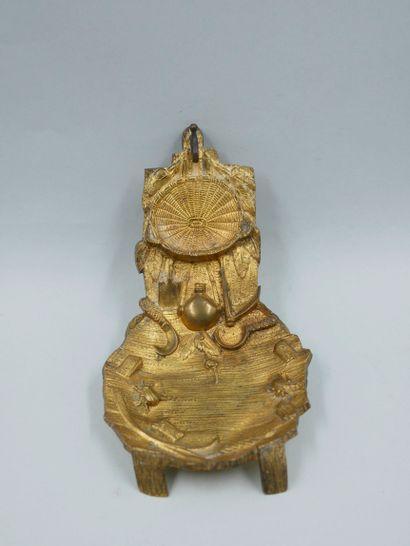 Porte-montre en bronze doré à décor des attributs...