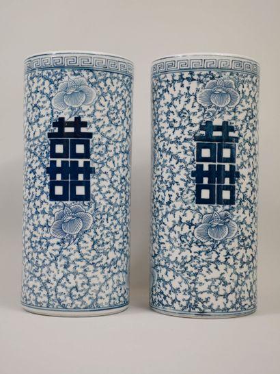 CHINE, XXème siècle. Deux vases rouleaux...