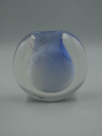 VERRERIE D'ALLEX, RASPAIL Hervé (Né en 1960). Vase de forme ronde aplatie en verre...