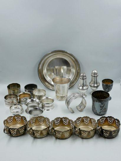 Lot de métal argenté comprenant cinq tasses...