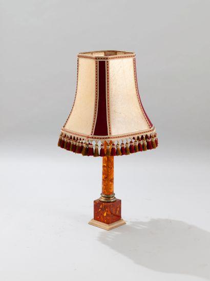 Pied de lampe en résine à l'imitation de l'ambre, à fût circulaire et base carrée,...