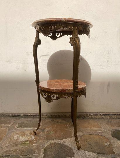 Une table d'appoint tripode, à dessus de...