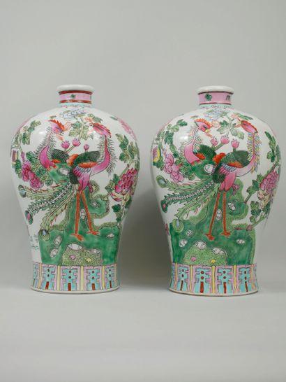 CHINE, XXème siècle. Deux vases à décor d'oiseaux...