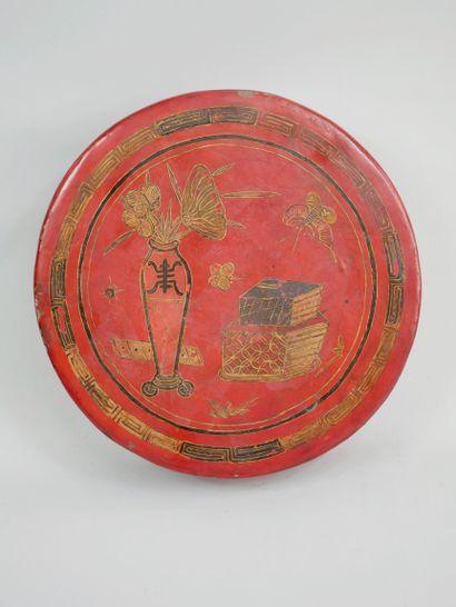 CHINE XXème. Boite circulaire en bois laqué...