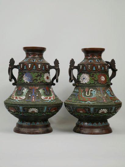 CHINE, XXème siècle. Paire de vases à décor...