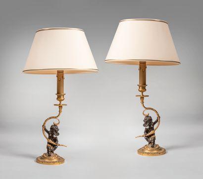 Paire de bougeoirs montés en lampe en bronze...
