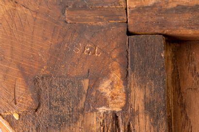 Commode à double ressaut en bois de placage marqueté de tiges fleuries et, au centre,...