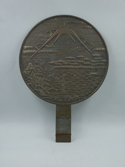 JAPON. Miroir en bronze à décor de cigognes...