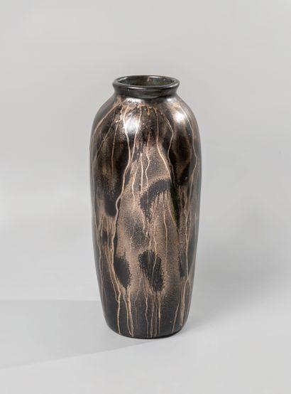 Vase en céramique à couverte lustrée dans...