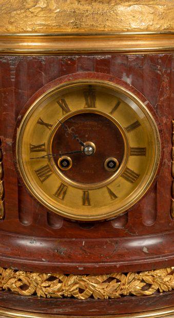 Importante garniture de cheminée représentant Diane Chasseresse en bronze ciselé...