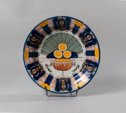 DELFT. plat circulaire en faience à décor...