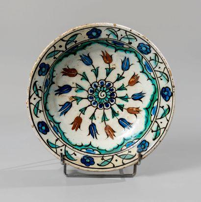 IZNIK. Plat circulaire en céramique siliceuse...