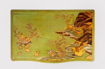Coiffeuse en bois laqué et panneaux de laque chinois à décor de scène de la vie...