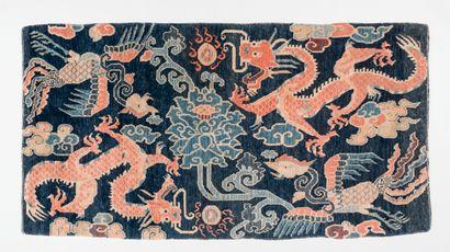 TIBET. Ancien tapis à décor de dragons,...