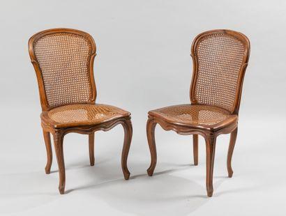 Paire de chaises foncées de canne en bois...