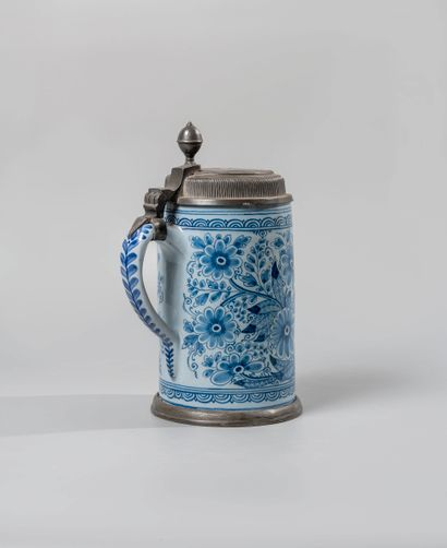 Chope en faïence bleue à décor d'un paon...
