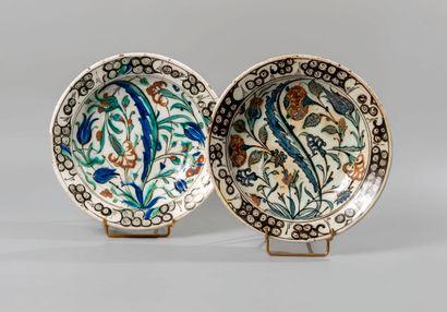IZNIK. Deux plats circulaires en céramique...