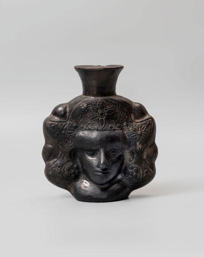 Vase à décor en relief à rare représentation...
