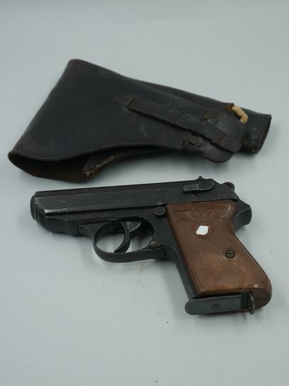 Deux étuis :  -un pour pistolet allemand...