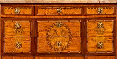 Commode de forme droite, à ressaut, en bois de placage, la façade et les côtés marquetés...