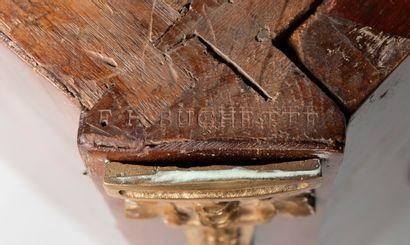 Commode à ressaut en placage de satiné ouvrant par deux tiroirs sans traverse, les...