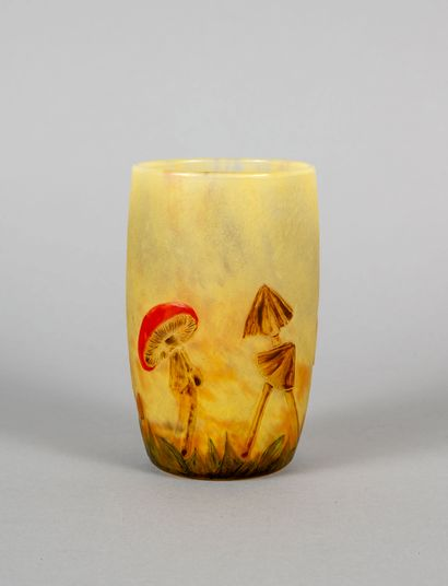 DAUM Nancy. Rare petit vase ovoide en verre...