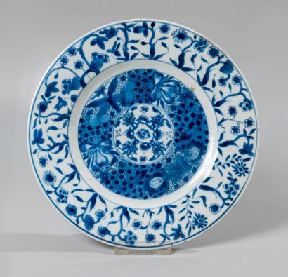 CHINE. Petit plat circulaire en porcelaine...