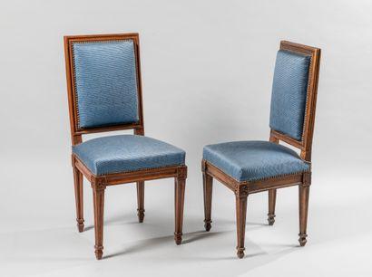 Paire de chaises en bois naturel mouluré,...