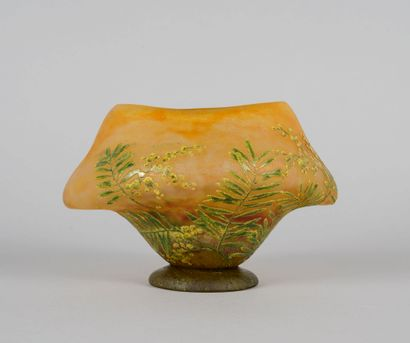 DAUM Nancy. Rare petit vase en forme navette...