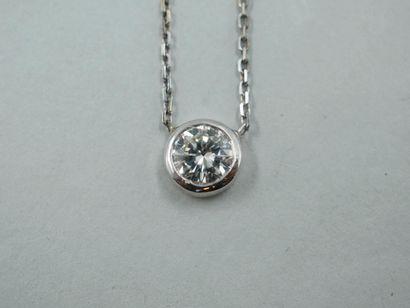 Collier ornée d'un diamant taille brillant...