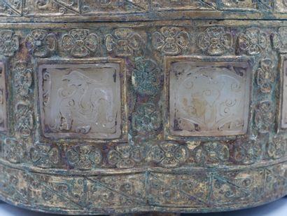 CHINE. Grand coffret à offrandes de forme polylobée en bronze doré et ciselé,incrustéde...