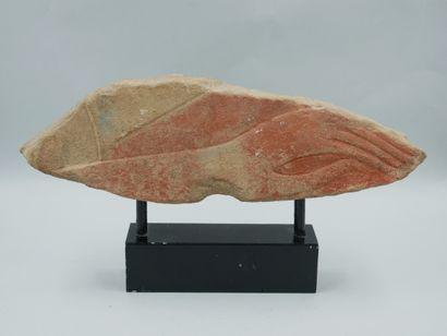 Relief orné d'une main.Calcaire avec des...