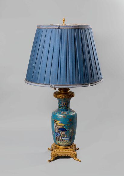 Lampe de forme balustre en bronze et émaux...