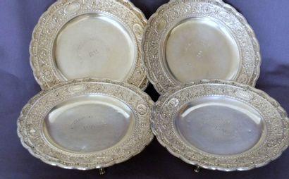 Quatre plats présentoirs sur piédouches à...