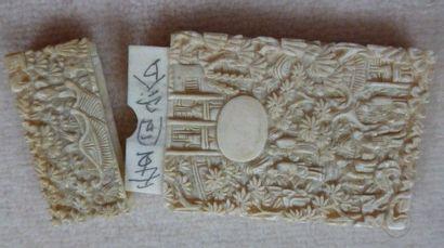 Petit porte carte en ivoire finement sculpté...