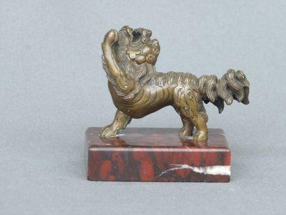 Petit chien de Fô en bronze à patine sombre...