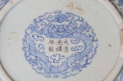 Support de vase Jue, en porcelaine à décor de dragons émaillés bleu.  Marque apocryphe...