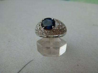 Bague Jonc en or gris, au centre un saphir de 2 cts 50 env et pavage diamants pour...