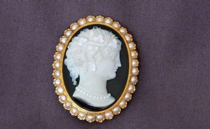 Importante Broche/ pendentif en or surmontée...