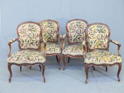 Quatre fauteuils cabriolet en hêtre naturel...